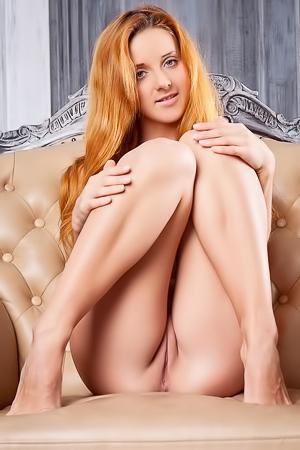 Roberta Berti shows her perfect pussy
