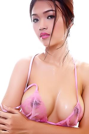 Farah takes an erotic shower