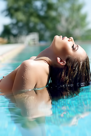 Ukrainian Model Svitlana Chumachenko Pose Poolside