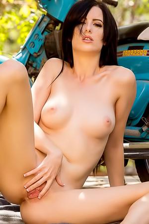 Alex Harper Shows Her Perfect Body Outdoor